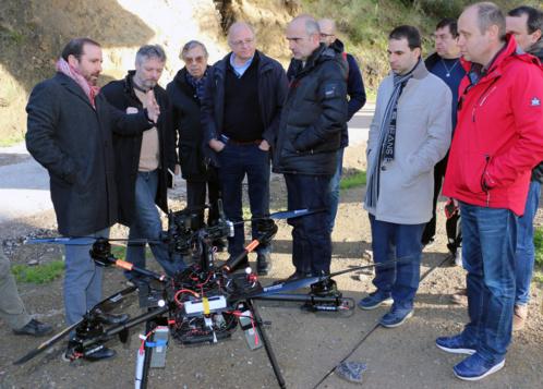 El proyecto AEROBI realiza en Cádiz el vuelo del primer robot aéreo del mundo especializado en la inspección de puentes con un brazo articulado