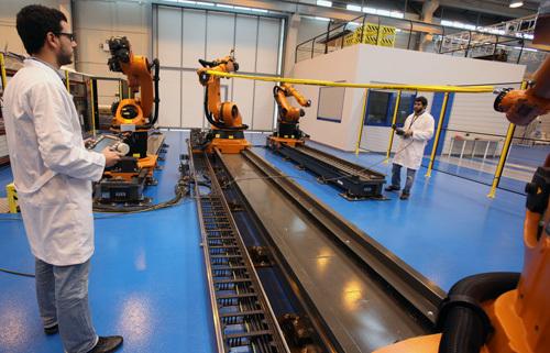Célula multirobot para contribuir a la implantación de mejoras en procesos de producción y automatización productiva en las empresas